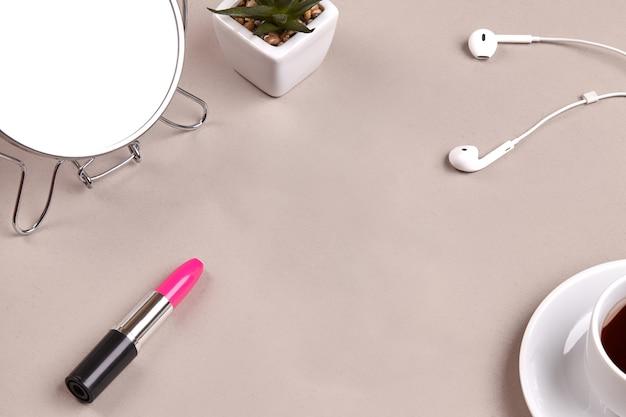 化粧鏡、ピンクの口紅、鍋に緑の多肉植物
