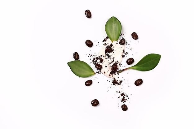 顔と体のための化粧品の自然な概念自然な環境に優しい自家製コーヒースクラブ