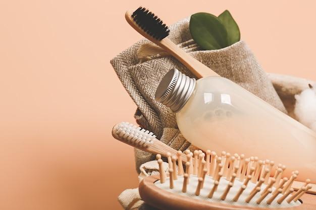 코스메틱 천연 파스텔 욕실 컨셉입니다. 면 꽃으로 만든 샤워 및 바디 케어용 액세서리. 매우 부드러운 선택적 초점