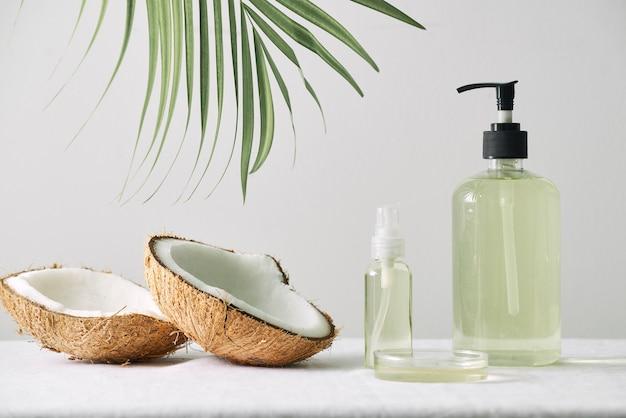 化粧品の自然のスキンケアとエッセンシャルオイルのアロマテラピー。有機自然科学の美容製品。ハーブの代替医療。モックアップ。