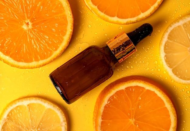 화장품 오일. 바디 로션. 과일. 주황색. 과일. 대체 건강 의학. 피부 관리. 오렌지에서 노란색 배경에. 스프레이.