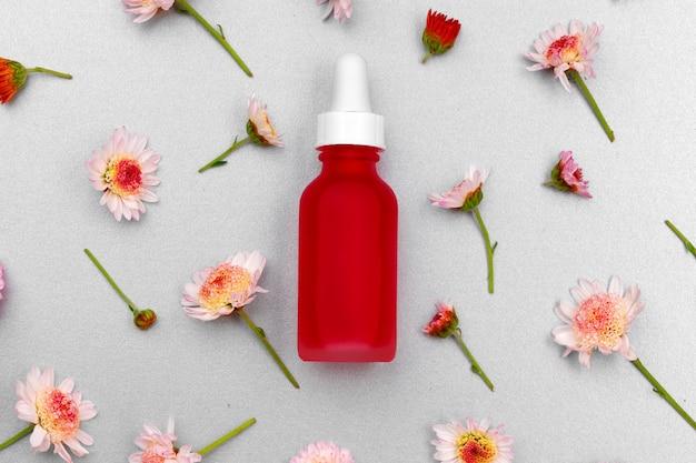 花のつぼみに化粧品のオイルボトル