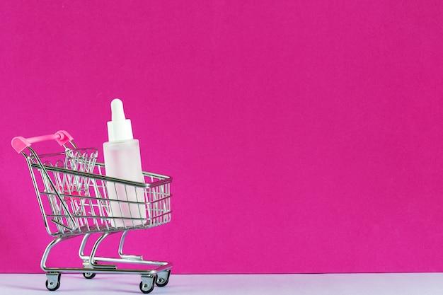 Косметические интернет-магазины концепции электронной коммерции. флакон с сывороткой, гиалуроновая кислота для ухода за кожей в магазине