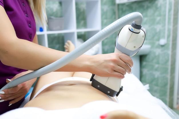 Косметическая процедура по удалению нежелательного целлюлита массажем