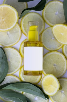 白い背景の上のレモンの背景に黄色の化粧品