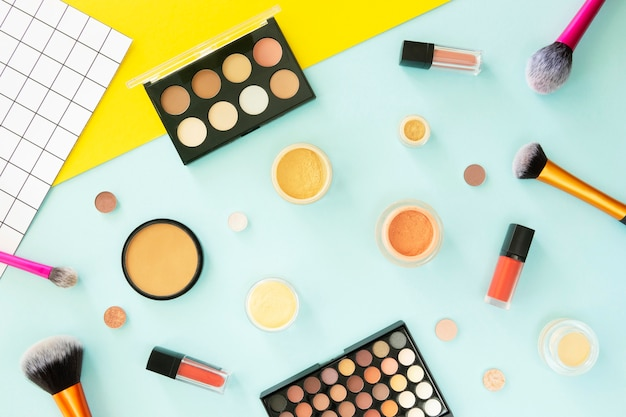 Prodotti cosmetici sulla scrivania