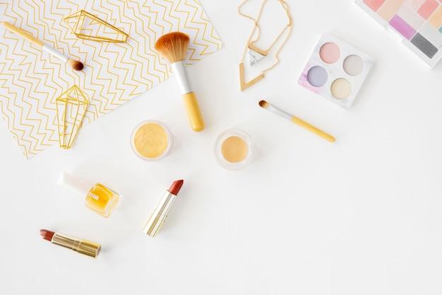 テーブルの上の化粧品