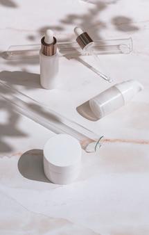 흰색 배경 과학 스킨케어 개념에 화장품 스킨 케어 제품
