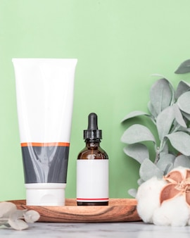 天然成分にさまざまな香水フレグランスを配合するための化粧品スキンケアクリームとエッセンシャルオイルボトル。環境にやさしい化粧品。