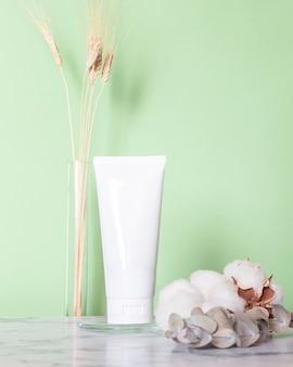 대리석 배경에 화장품 스킨 케어 크림입니다. 유기농 뷰티의 친환경 제품.