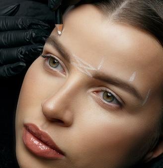 額の恒久的な手順の前に白いマークアップを作る化粧品