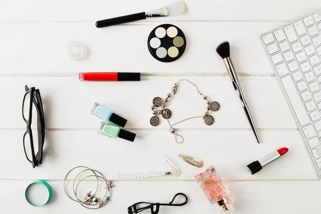 キーボードの近くの化粧品やアクセサリー