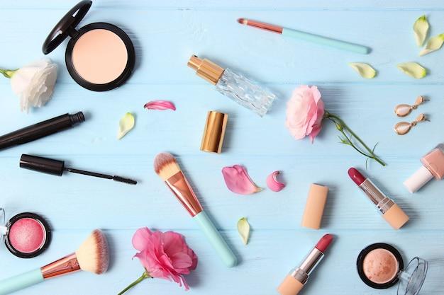 컬러 배경 평면도에 화장품과 꽃 프리미엄 사진