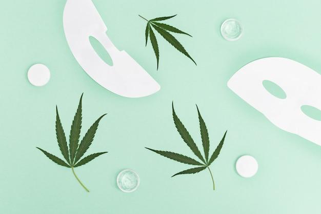 대마초, 얼굴 크림이 든 작은 병 및 대마초의 천연 잎을 기본으로 한 화장품