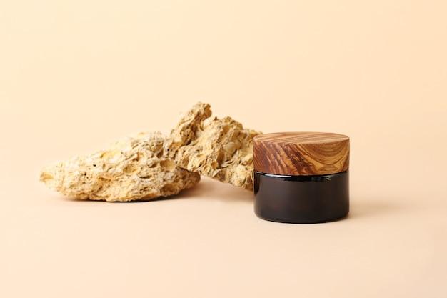 갈색 유리에서 화장품 병 뒤에 천연 장식 돌