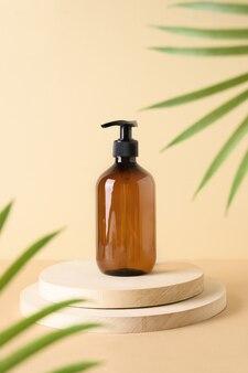 열대 잎이 있는 나무 천연 연단에 있는 화장품 병은 신체를 위한 천연 화장품을 컨셉으로 합니다.