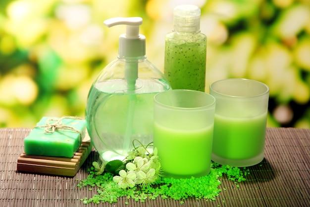 화장품 병 및 녹색 배경에 천연 수제 비누
