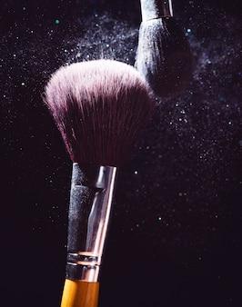 Косметика кисти и взрыв красочный макияж порошок фон