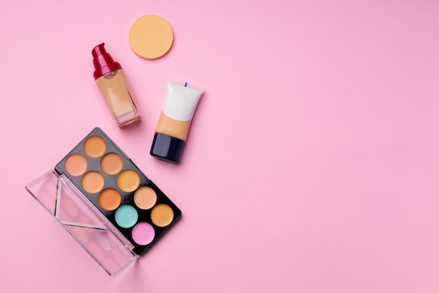 ピンクの顔の顔色の化粧品をクローズアップ