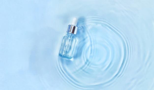 水中のボトルに入った化粧品、肌の水分補給のコンセプト。ヒアルロン酸。セレクティブフォーカス。自然。