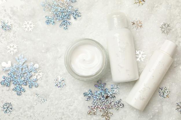 装飾的な雪で隔離された化粧品