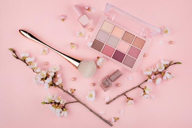 ピンクの壁の化粧品