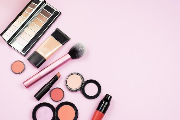 ピンクのテーブルの化粧品