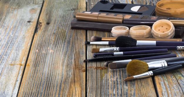 木製の背景に化粧品