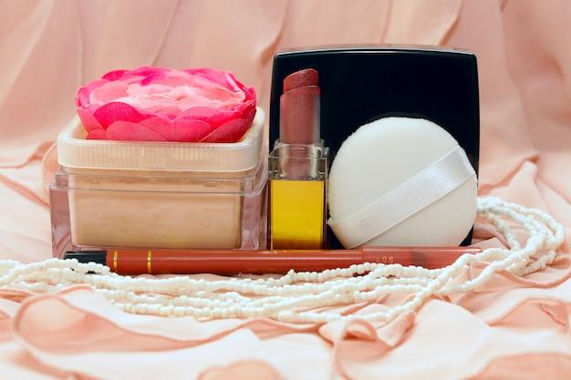 Косметика на розовой ткани