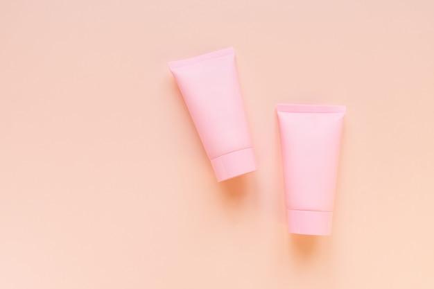 화장품 스파 또는 얼굴 및 바디 케어 브랜딩 모형, 분홍색 배경의 상위 뷰, 디자인을위한 장소.