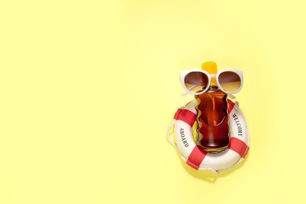 노란색 배경에 얼굴과 몸을 위한 화장품 spf. 평면도, 평면도.