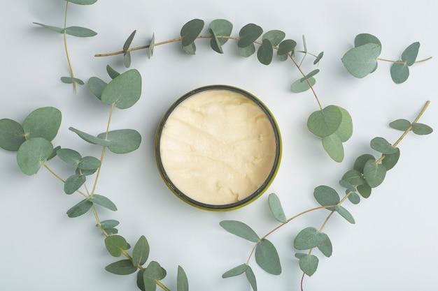 천연 오일을 기반으로 오일과 유칼립투스 아로마 화장품이 함유 된 유칼립투스 배경 크림 화장품 고품질 사진