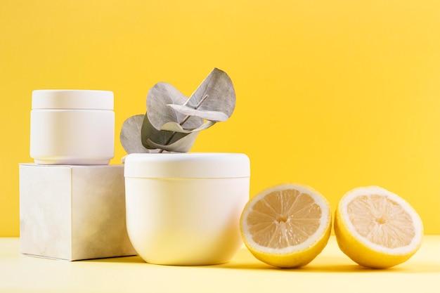 Cosmetici su sfondo giallo