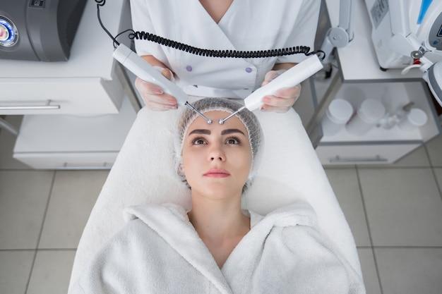 美容クリニック。モデルと医者。ヘルスケア、クリニック、美容