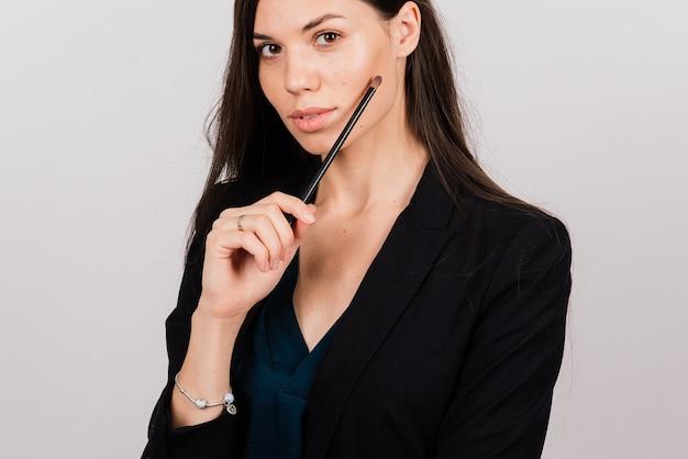 Косметолог косметолог держит инструмент в руках, мастер перманентного макияжа, перманентный макияж, ручка для татуировки, крупный план
