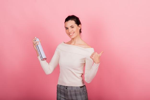 그녀의 손에 도구를 들고 미용사 미용사, 영구 메이크업 마스터, 영구 메이크업, 문신 펜, 가까이