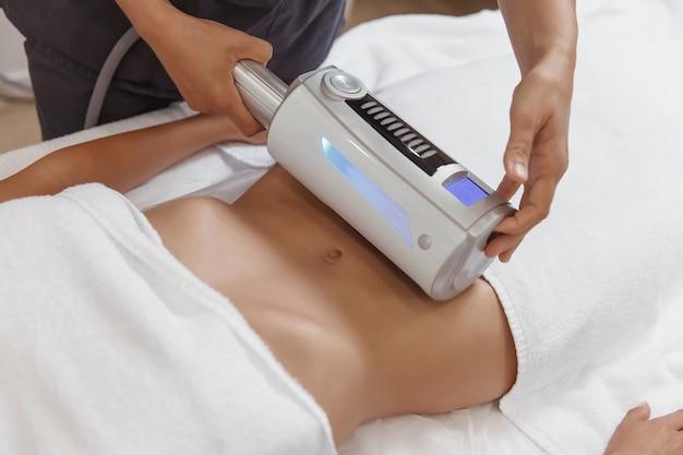 胃の内球療法を行う美容師