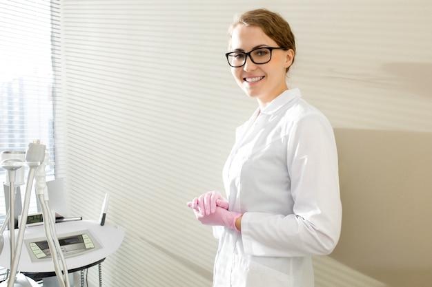 Косметолог позирует в офисе