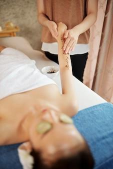 Косметолог чистит тело клиента