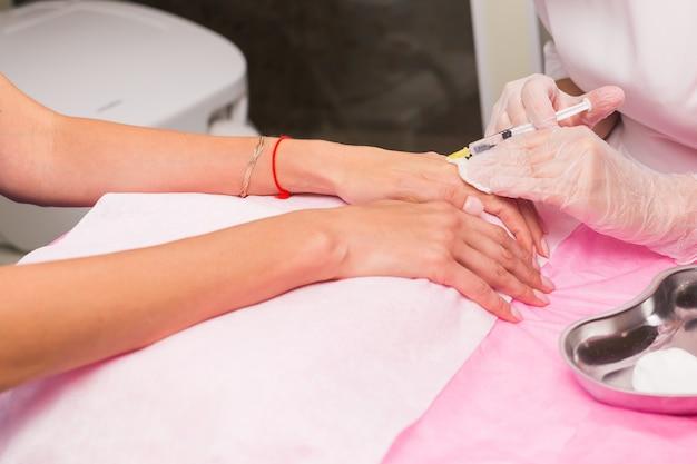 美容と美容のコンセプト-アンチエイジング注射療法、手の若返り。