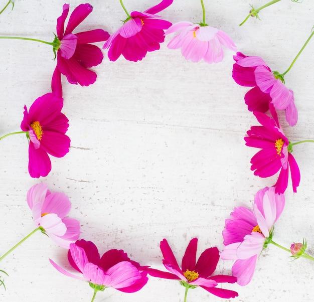 Космос розовые цветы праздничная рамка композиция на белом столе