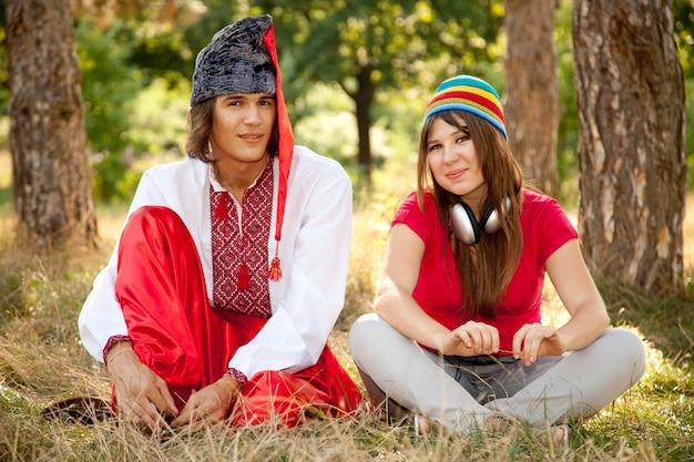 国民のウクライナのドレスと現代の女の子のコサック。