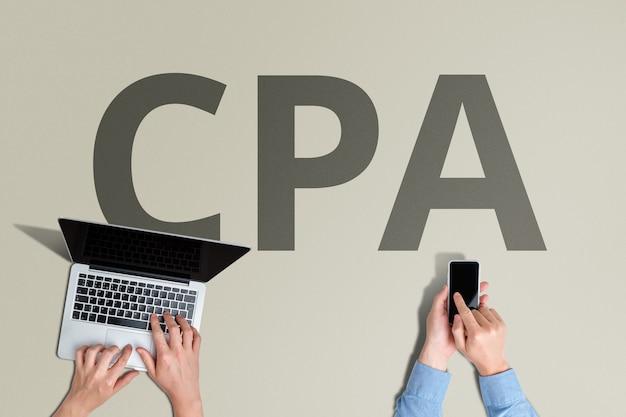 사람과 노트북을 사용한 cpa 온라인 광고 지불 모델.