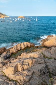 여름의 코스타 데 토사 데 마르, 지중해의 카탈루냐 코스타 브라바에 있는 지로나