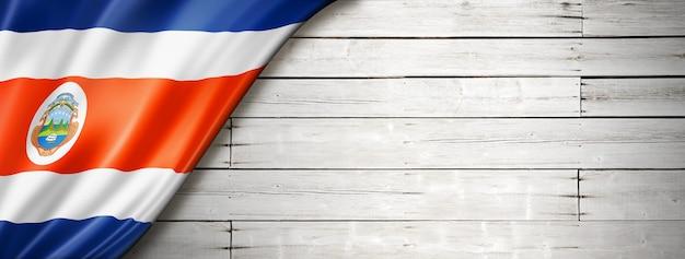 오래 된 흰 벽에 코스타리카 플래그입니다. 수평 파노라마 배너.