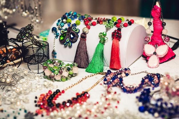 의상 보석. 귀걸이, 목걸이, 팔찌, 헤어 클립. 여성용 액세서리