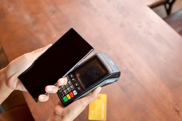 고객이 지불하기 위해 전화를 스캔합니다. 비접촉식 지불 방법입니다.