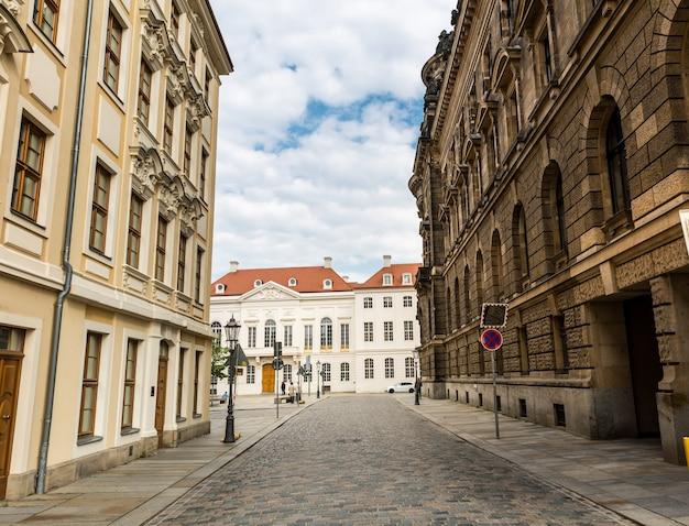Уютный переулок, старинная архитектура, старинный европейский городок.