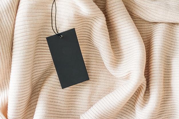 Уютная ткань и бирка для одежды как фон из органического материала устойчивая мода и концепция бренда