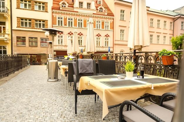 등나무 가구가있는 아늑한 야외 카페, 카를로 비 바리, 체코, 유럽. 오래된 유럽 도시, 여행으로 유명한 곳
